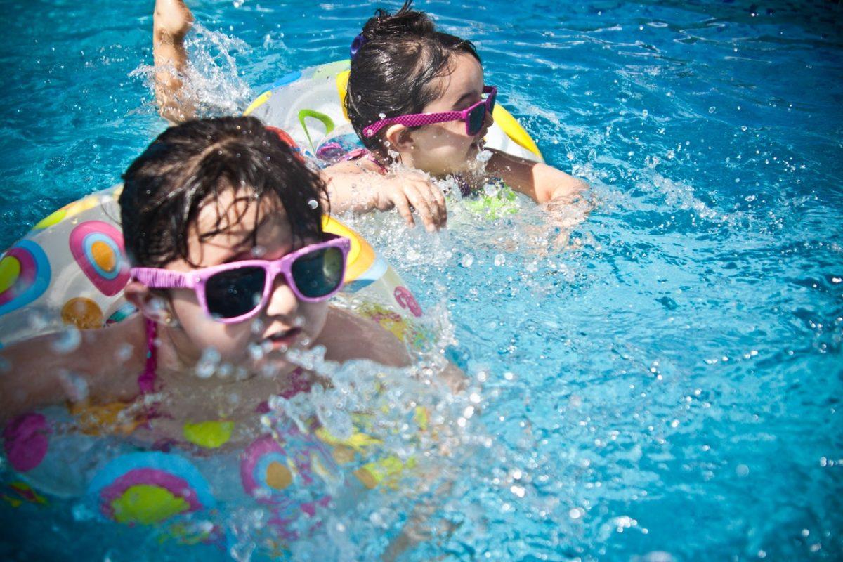 criancas-piscina